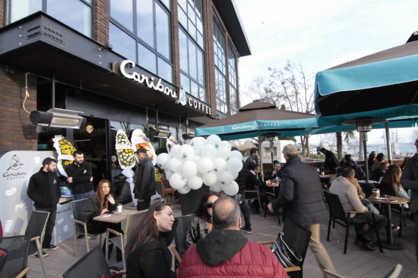 Caribou Coffee, Caddebostan sahilinde özel bir parti ile açıldı