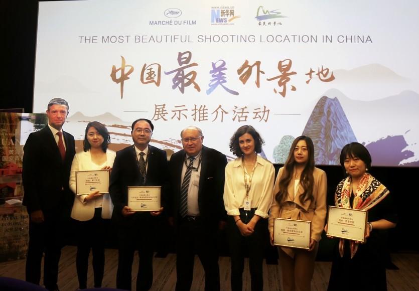 """Cannes, Fransa Turizm İşletmeciliği Bürosu temsilcisi (soldan ilk), Michel Chevillon (soldan dördüncü), Cote d'Azur Sanayi ve Ticaret Bürosu Başkan Yardımcısı ve Otel Federasyonu Başkanı, Adeline CHAUVEAU (sağdan üçüncü), Fransız Büyükelçiliği'nden Çin'e film ve televizyon projelerinden sorumlu memur ve """"Çin'in en güzel çekim yeri"""" ödülünü alan şehir temsilcileri grup resmini çektiriyor."""