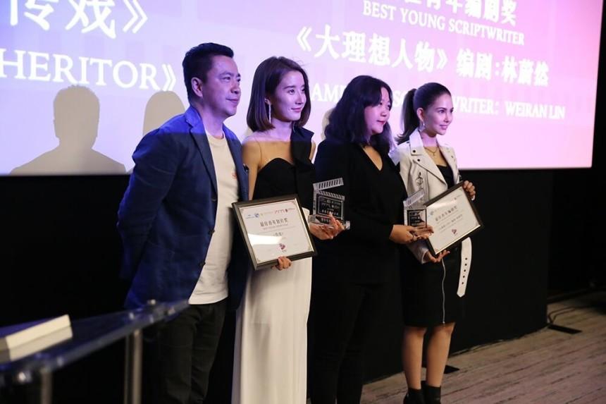 Huayi Brothers Başkan Yardımcısı ve CEO'su Wang Zhonglei (soldan ilk), Kurucu Ortak ve Çinli oyuncu Kun Ling (sağdan ilk), Saygıdeğerlik Ödülünü veriyor.