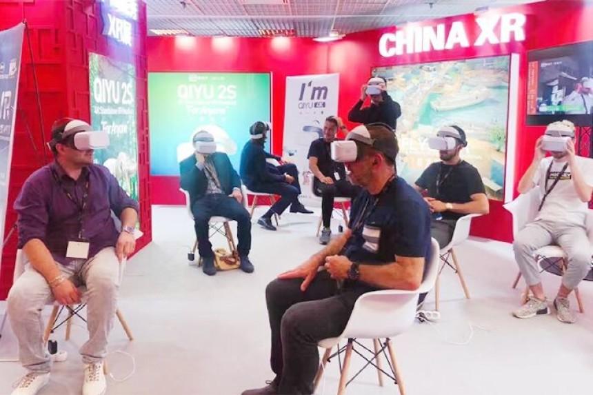 Dünyanın çeşitli yerlerinden gelen seyirciler Sanal Gerçeklik filmlerini deneyimledi.