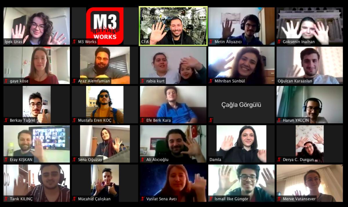 Çalışanlar internetten takım aktivitelerine katılı...